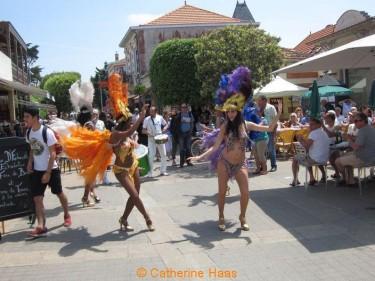 028-Les Brésiliennes de Sydney Martins colorent la rue de la plage.