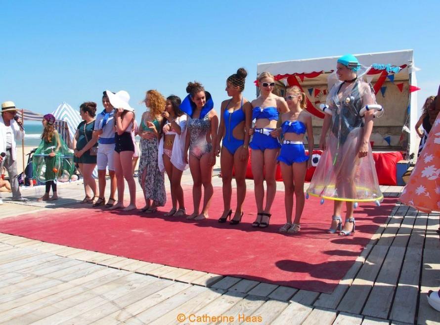 421 – Le défilé des baigneuses, costumes réalisés par les participantes.