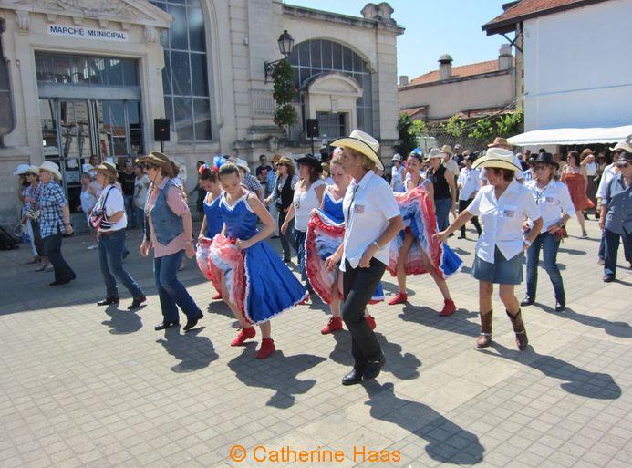 460 – La troupe de french cancan de l'Académie «Corps et âmes» se joint aux danseurs de country.