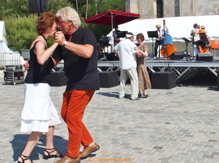 480 – Tango argentin sur la place de la basilique avec l'orchestre «Dulce amargo».